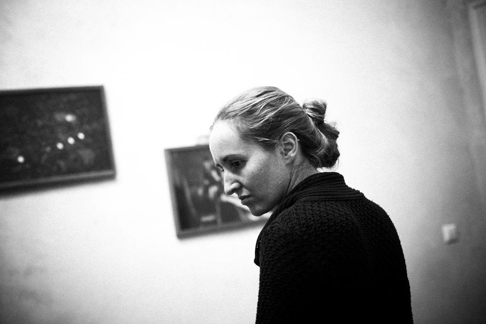 Hanging the Bubble & Scrape exhibition   Das Giftraum, Berlin-Neukölln, 2014. Photo © Ed Alcock