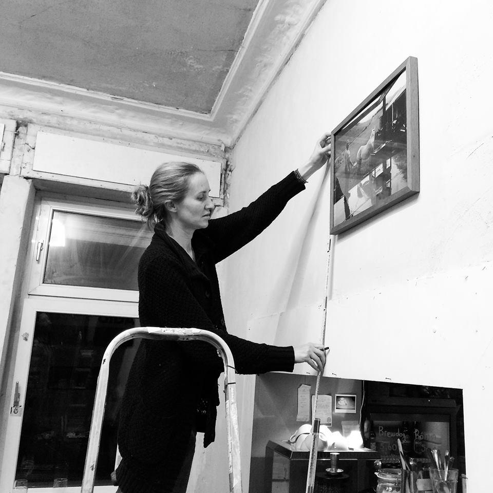 Hanging the Bubble & Scrape exhibition, Jenny Fitz   Das Giftraum, Berlin-Neukölln, 2014. Photo © Lars Hormann