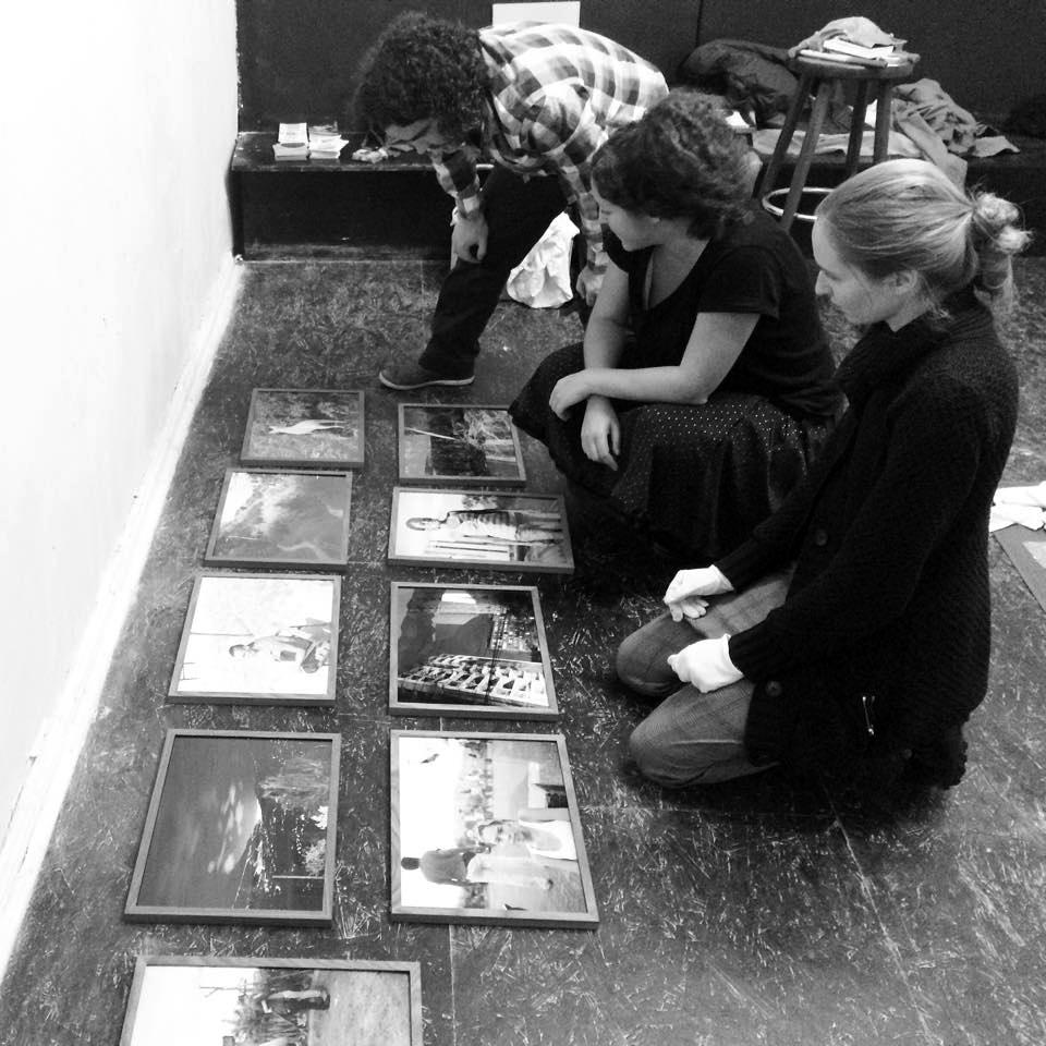 Hanging the Bubble & Scrape exhibition, Oliver, Julia & Jenny Fitz   Das Giftraum, Berlin-Neukölln, 2014. Photo © Lars Hormann